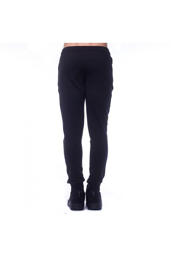 Спортивные штаны черные с камуфляжным логотипом сбоку