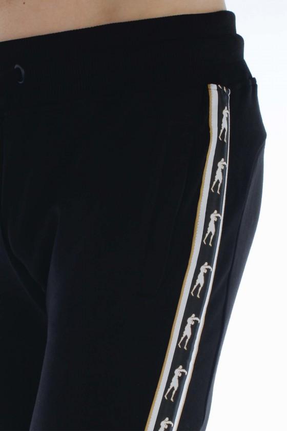Спортивные штаны с логотипом на ноге черные
